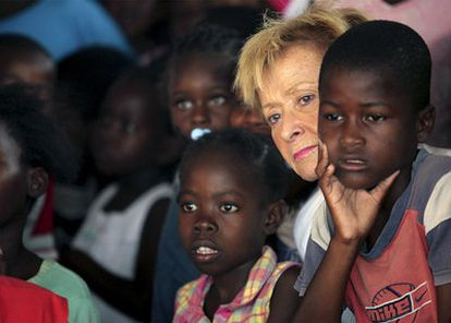 Fernández de la Vega, en el campo de desplazados de Mais Gate, coordinado por Cruz Roja Española, en Puerto Príncipe.