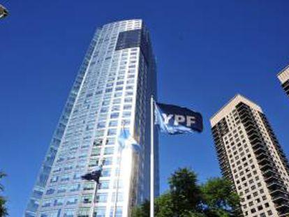 Vista del edificio de la petrolera YPF en Buenos Aires. EFE/Archivo