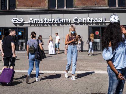 Varios viandantes protegidos por mascarillas en Ámsterdam. Uno de los tres casos de reinfección documentados en el mundo se produjo en los Países Bajos.