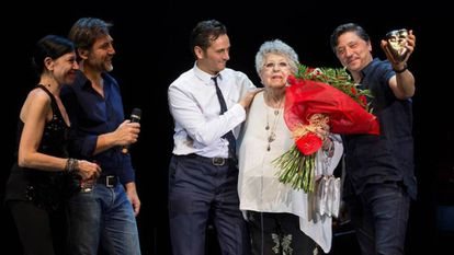 Pilar Bardem y sus tres hijos, más el actor Asier Etxeandia, en el homenaje que recibió la actriz en 2017.