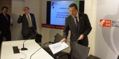 José Luis Bilbao, antes del inicio de su rueda de prensa en la sede de la Diputación.
