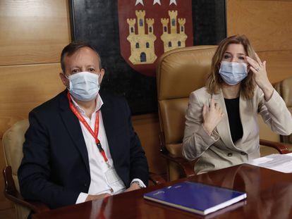 El exconsejero de Políticas Sociales de la Comunidad de Madrid Alberto Reyero (i), y la portavoz parlamentaria socialista, Hana Jalloul (d), durante su participación este martes en una jornada en la Asamblea de Madrid organizada por el grupo parlamentario socialista.