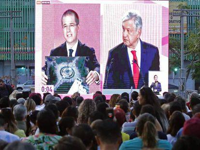 Un grupo de personas sigue el debate de los candidatos presidenciales mexicanos, este domingo en Guadalajara.