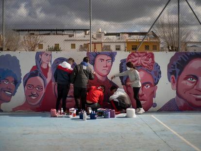 Cuatro chicos y una chica dan los últimos retoques al mural en su instituto de Puente Genil.