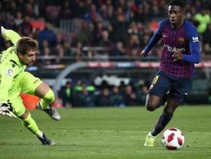 El delantero protagoniza la remontada en un partido marcado por la alineación del central del filial en la ida que amenaza la clasificación de los barcelonistas