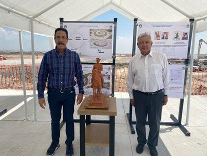 Omar Fayad y Andrés Manuel López Obrador, junto a la maqueta de la estatua de Felipe Ángeles.