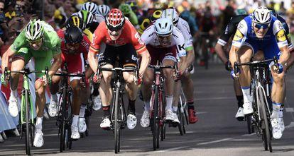 Kittel, Kristoff, Greipel, Bouhanni y Demare esprintan en la recta final de la sexta etapa.