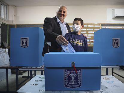 El líder de la Lista Árabe Unida, Mansur Abbas, depositaba su voto, el martes en Maghar (norte de Israel).