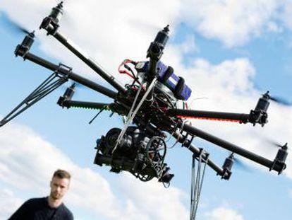 Un técnico pilota un dron.