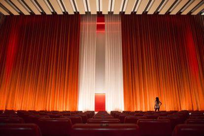 Telón medio cerrado en el último día de proyecciones en el barcelonés cine Urgell, el pasado mes de mayo.