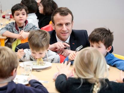 El presidente francés, Emmanuel Macron, en un comedor escolar en Saint-Sozy, en el suroeste de Francia, en enero de 2019.