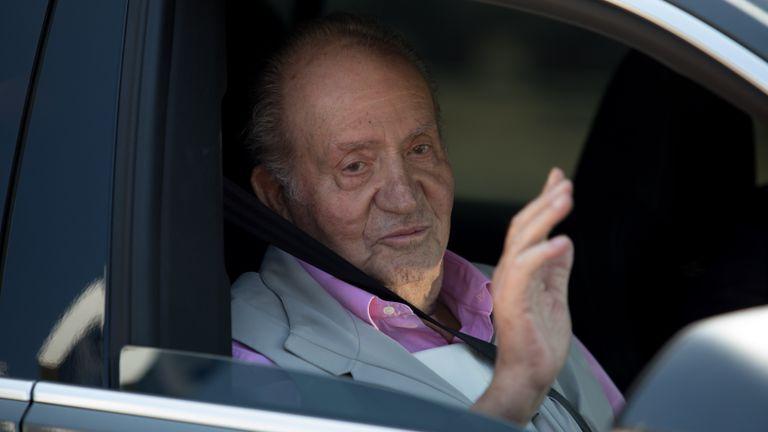 Don Juan Carlos de Borbón sale del Hospital Universitario Quirón de Madrid, en agosto de 2019.