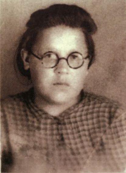"""Lena Mujina, en una fotografia que aparece en le portada del libro """" El diario de Lena"""""""