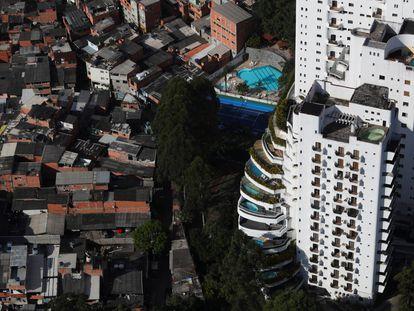 Vista aérea de la favela de Paraisópolis al lado de edificios de lujo en Morumbi en la ciudad brasileña de Sao Paulo.