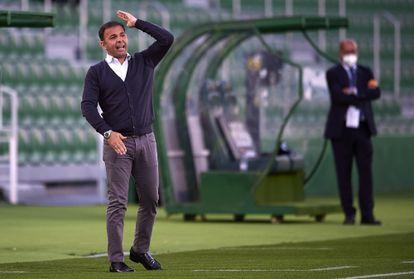 Javier Calleja durante un partido del Alavés la temporada pasada.