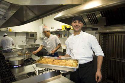 El marroquí Jassine Chahir, en la cocina del restaurante Izarza, en Sondika, donde estudia restauración de forma integral, desde cocinero hasta camarero.