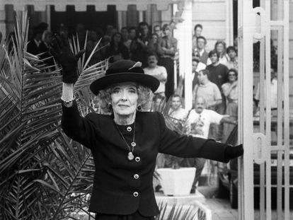 La actriz Bette Davis, en los jardines del hotel María Cristina de San Sebastián durante su inolvidable visita al Festival de 1989.