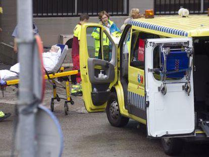 Desalojo de enfermos del hospital Carlos III para habilitar otra planta destinada a los sanitarios que trabajan con el ébola.