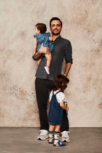 Alberto Garzón, ministro de Consumo, junto a sus dos hijas, Olivia (de pie), de 2 años, y Chloe (en sus brazos), de 11 meses.