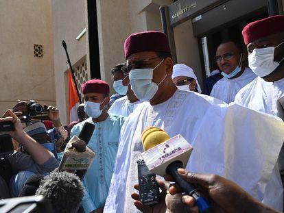 Mohamed Bazoum habla con los medios tras votar el pasado domingo en Niamey.