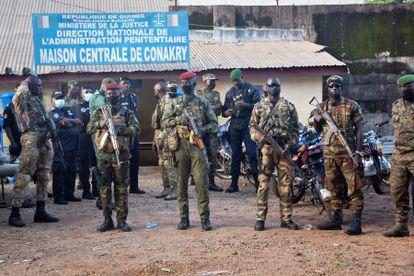 Soldados de las Fuerzas Especiales de Guinea ante la puerta de la prisión central de Conakry el pasado 7 de septiembre, antes de la liberación de decenas de presos políticos.