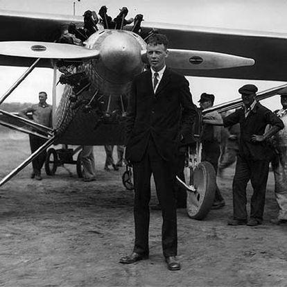 Charles A. Lindberg, delante de su avión, 'El espíritu de San Luis'.