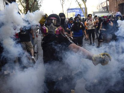 Un manifestante, en una protesta en Chile.