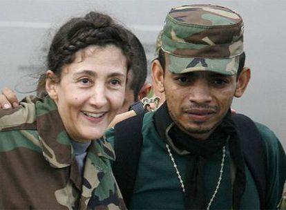 Ingrid Betancourt sonríe poco después de ser liberada, junto al enfermero William Pérez.