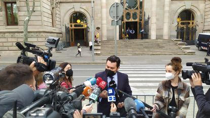 El abogado Jorge Albertini, que representa a la víctima de la violación múltiple de 'la manada de Sabadell', antes del juicio en la Audiencia de Barcelona.