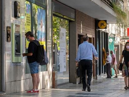 Oficinas de Bankia y La Caixa en la calle Reyes Católicos, Sevilla.