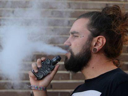 Un usuario de vapeador, cigarrillo electrónico.