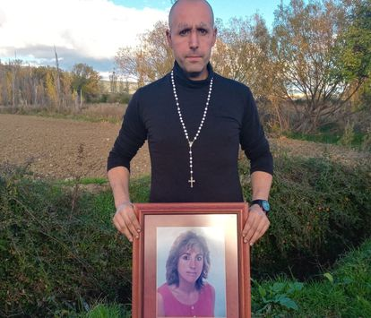 Iosu Aristregui posa con un cuadro con la imagen de su madre, asesinada por su marido en 2002 en Villava (Navarra).