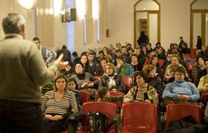 Reunión de padres de alumnos en el colegio público Cervantes, en Valencia.