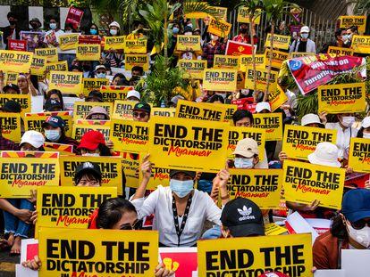 Manifestantes se reúnen frente a la embajada de Estados Unidos para protestar contra el golpe militar del 16 de febrero de 2021 en Yangon, Myanmar.
