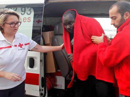 Uno de los inmigrantes rescatados hoy en el Estrecho.