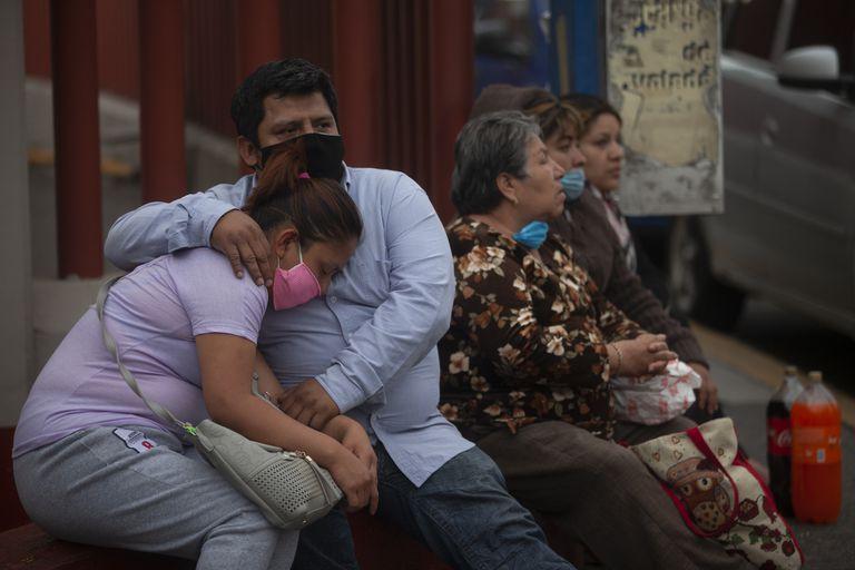 Familiares de un paciente esperan el reporte médico en la puerta de un hospital en Ciudad de México, el 23 de abril.