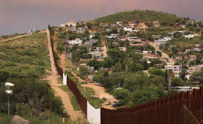 Nogales, en EE UU, a la izquierda y Nogales, en México, a la derecha.