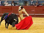 Paco Ureña torea al natural a su segundo toro.