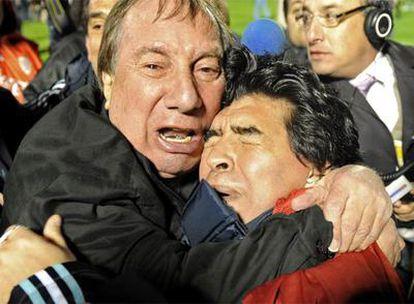 Bilardo y Maradona se abrazan emocionados al final del partido contra Uruguay, que clasificó a la selección argentina para el Mundial de Sudáfrica.