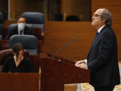 El portavoz del PSOE-M en la Asamblea autonómica, Ángel Gabilondo, limpia el atril antes de su intervención ante un pleno de la Asamblea de Madrid.