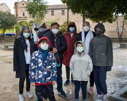 José Wilfredo Orellana y Karen Torres, con su familia que viven en Jaén huyendo de las amenazas de las maras de su país, Honduras.