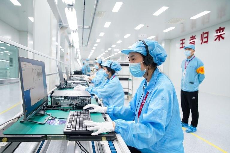 Empleados de la fábrica de ordenadores de la empresa China Greatwall Technology Group Co, el pasado 10 de julio en Taiyuan, China.