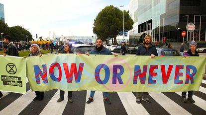 Activistas protestan contra el cambio climático durante la COP25 en Madrid.