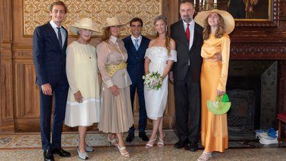 Francesca Thyssen y su exmarido Carlos de Habsburgo con sus hijos, Ferdinand, Eleonora y Gloria en la boda civil de la segunda, celebrada el pasado 20 de julio en Mónaco. En la imagen también está el novio, Jerome d'Ambrosio (centro) y Fiona Campbell-Walter, abuela de la novia.