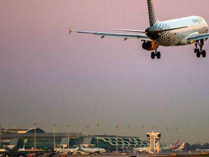 Un avión de Vueling en el aeropuerto de Barcelona-El Prat.