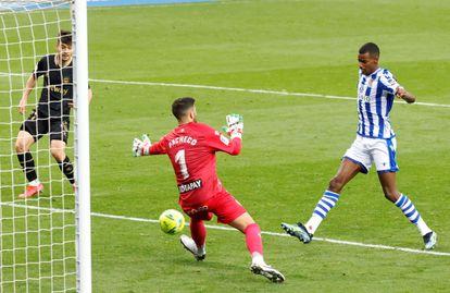 Isak marca su tercer gol este domingo ante Pacheco en la goleada de la Real al Alavés en San Sebastián.