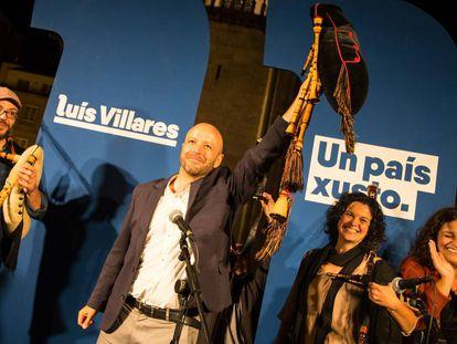 Villares celebra con la gaita el final de un mitin durante la última campaña electoral.
