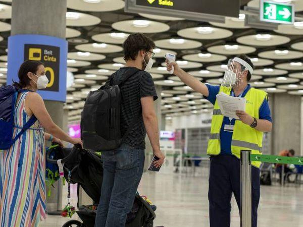 Control de temperatura a viajeros en el aeropuerto de Madrid-Barajas.