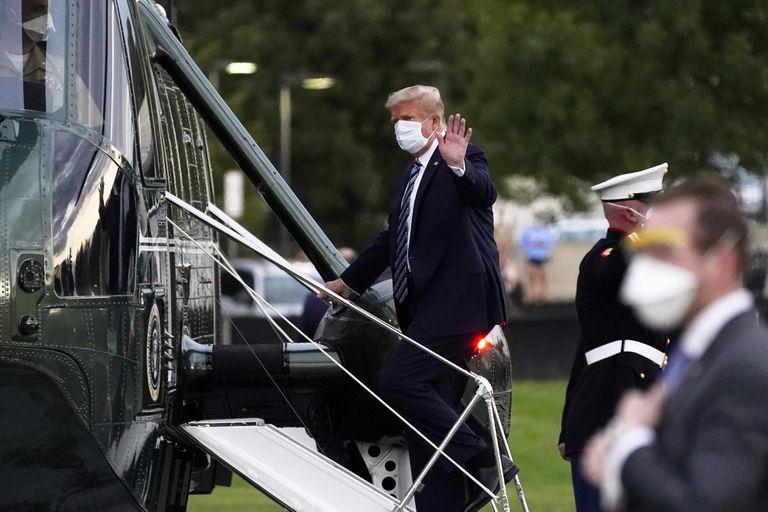 El presidente Donald Trump entrando al Marine One en Bethesda, Maryland.