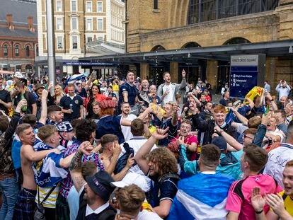 Aficionados escoceses este jueves en la estación King's Cross en Londres.